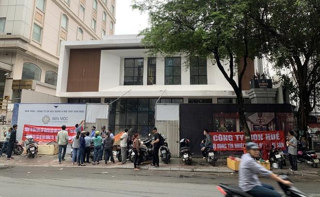 Gần 20 nhà cung cấp cho chuỗi Món Huế tập trung và căng băng rôn trước nhà hàng Long Khang chiều 11/11. Ảnh: NVCC.