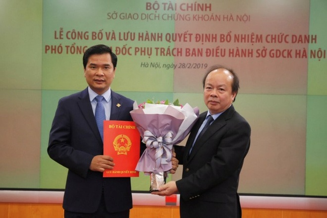 Bo Tai chinh len tieng ve viec bo nhiem 'than toc' lanh dao HNX hinh anh 1