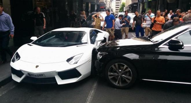 Mercedes C-Class dam ngang Lamborghini Aventador hinh anh