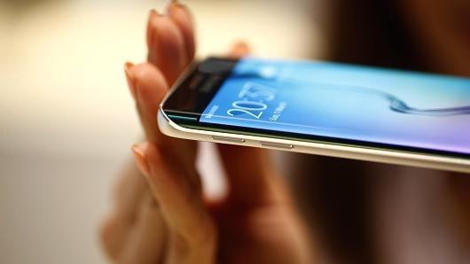 Man hinh cong khien Apple, Samsung khong the bo nhau hinh anh 1