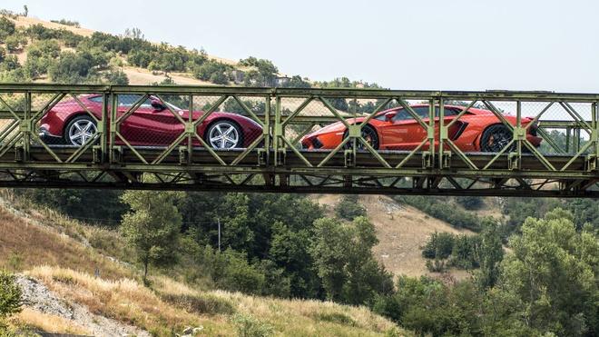 Lamborghini Aventador vs Ferrari F12 Berlinetta anh 1