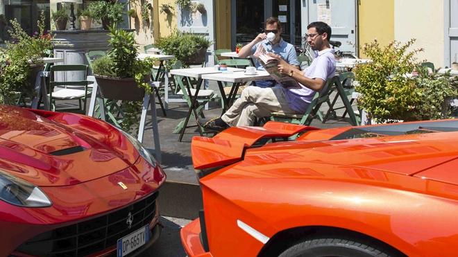 Lamborghini Aventador vs Ferrari F12 Berlinetta anh 2