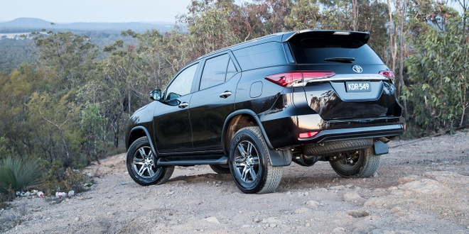 Cac phien ban Toyota Fortuner 2018 dong loat giam gia hinh anh 1
