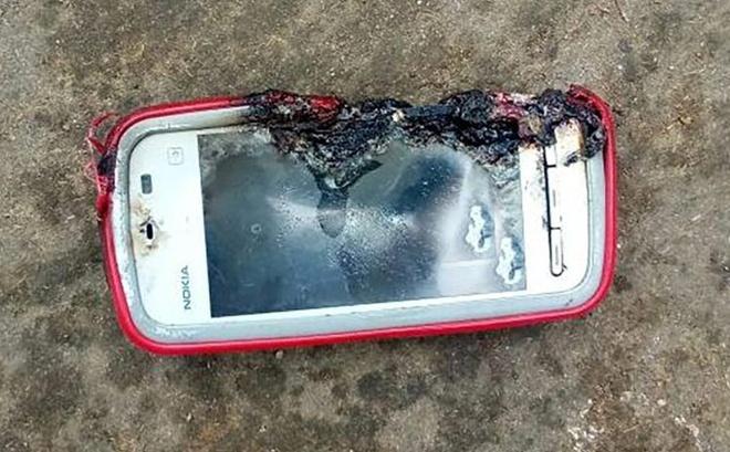 Thieu nu thiet mang vi dien thoai Nokia phat no hinh anh
