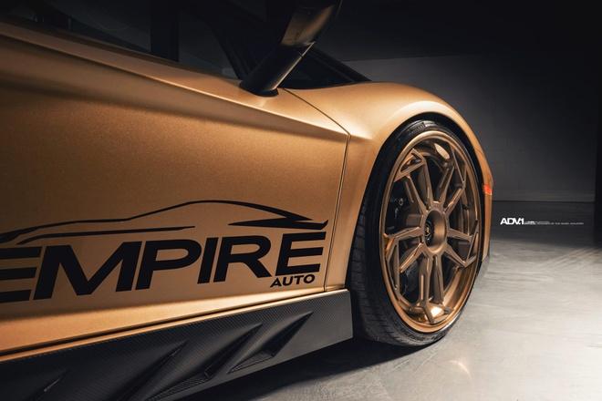Lamborghini Aventador SV Roadster khoac mau gold dac biet hinh anh 1