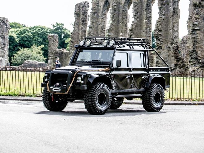 Land Rover Defender trong phim 007 gia dat khong tuong hinh anh 3