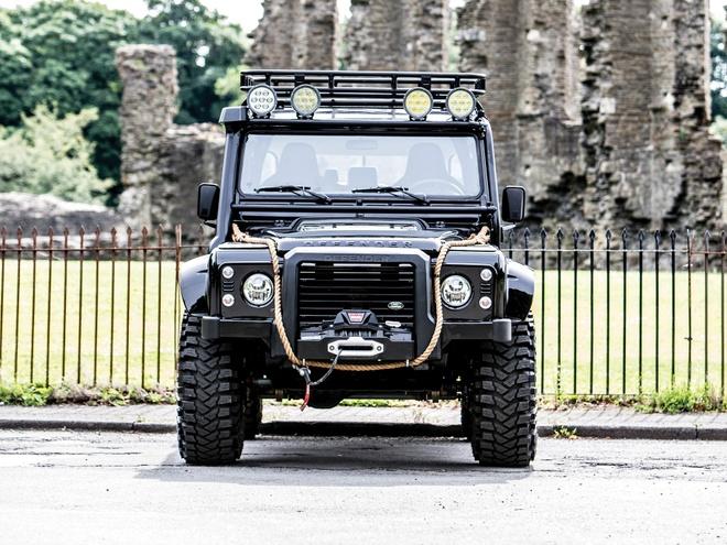 Land Rover Defender trong phim 007 gia dat khong tuong hinh anh 5