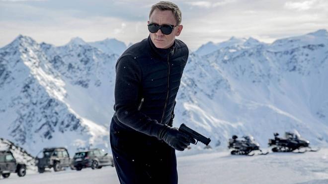 Land Rover Defender trong phim 007 gia dat khong tuong hinh anh 1