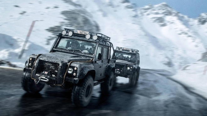 Land Rover Defender trong phim 007 gia dat khong tuong hinh anh