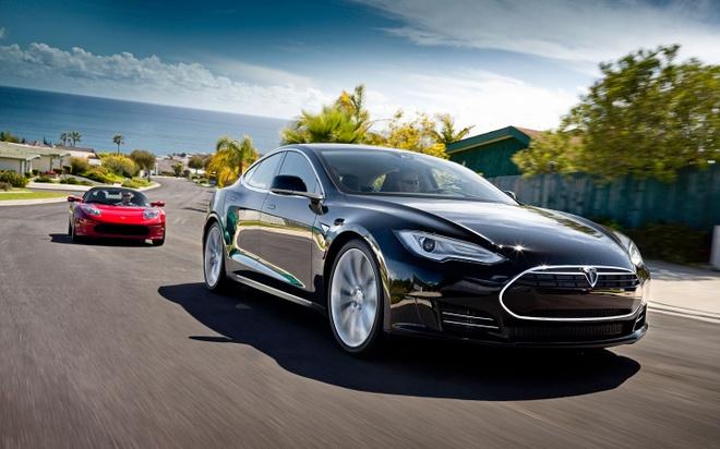 Chu xe Tesla ngu gat chay 112 km/h, canh sat cuong cuong bam theo hinh anh