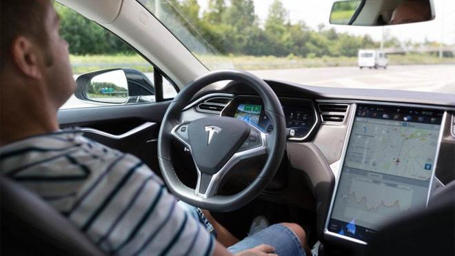 Chu xe Tesla ngu gat chay 112 km/h, canh sat cuong cuong bam theo hinh anh 1