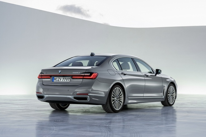 BMW 7-Series 2020 chot gia re hon Mercedes-Benz S-Class hinh anh 2