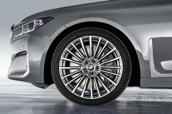 BMW 7-Series 2020 chot gia re hon Mercedes-Benz S-Class hinh anh 3