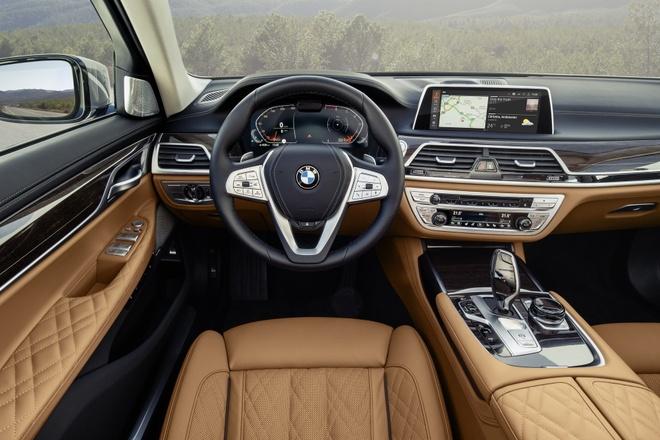 BMW 7-Series 2020 chot gia re hon Mercedes-Benz S-Class hinh anh 4