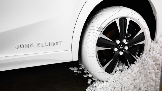 Lexus UX la mat trong bo lop Nike trang muot hinh anh