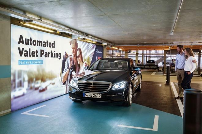 Xe Mercedes-Benz sap tu lai hoan toan trong bai do hinh anh 1