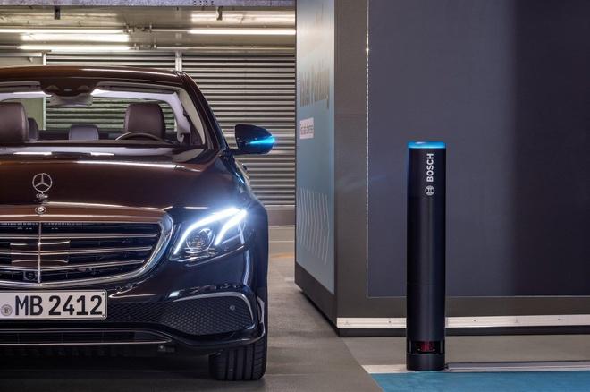Xe Mercedes-Benz sap tu lai hoan toan trong bai do hinh anh 2