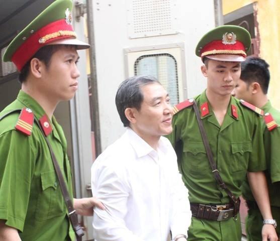 Dương Chí Dũng trước khi được đưa vào phòng xử chiều 7/5. Ảnh: Infonet.