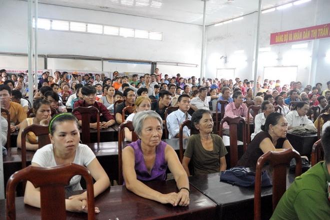 Tu hinh thanh nien giet nguoi de quyt no hinh anh 2 Hàng trăm người dân Long Hải đã đến dự khán phiên tòa.