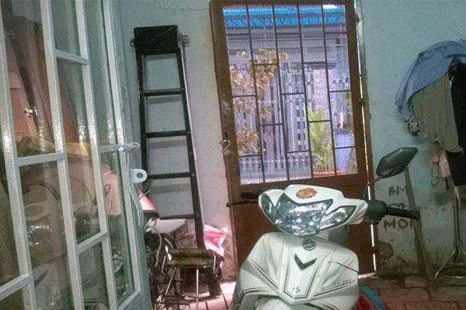 Bi trom cuom tai san trong tran ban ket World Cup hinh anh 1 Cánh cửa, nơi bị kẻ trộm đột nhập lấy tài sản.