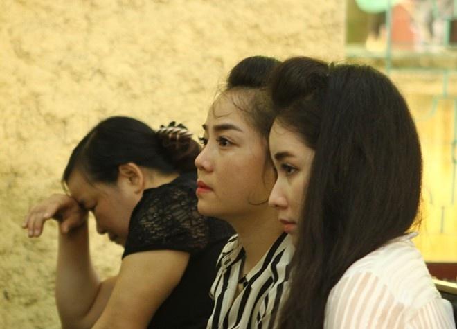 Nhung khoanh khac buon trong phien xu 9 cau thu ban do hinh anh 9 Như Quỳnh (áo sọc) và em gái của trung vệ Gia Từ thu hút sự chú ý tại phiên tòa.