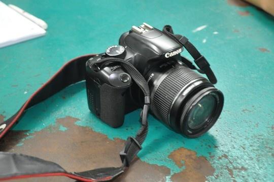 Canh sat hinh su ban thung dui ten cuop tren pho hinh anh 2 Chiếc máy ảnh của nạn nhân Hồ Thị Hiền.