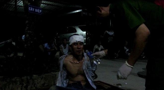 Nguoi dan danh hoi dong ke dau sung voi canh sat hinh anh 3 Tên Toàn dùng 4 khẩu súng xả đạn như mưa vào Công an.