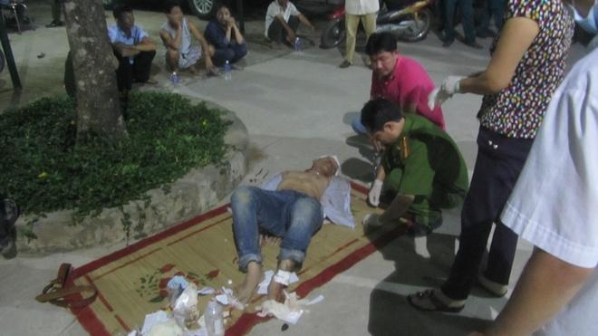 Nguoi dan danh hoi dong ke dau sung voi canh sat hinh anh 2 Tên Toàn bị người dân khống chế đánh trọng thương.