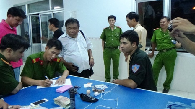 Vu na sung o Binh Thuan: Xu ly 7 nguoi hanh vi danh bac hinh anh 2 Công an đang xử lý vật chứng thu được trong đêm 18/9.