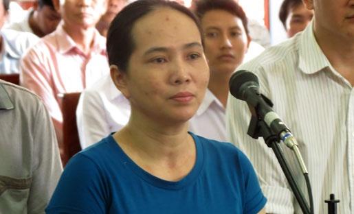 Sieu lua 'Hue taxi' bay hang loat ca nhan, ngan hang hinh anh 2 Chủ mưu Trần Thị Bạch Huệ (Huệ taxi) gây ra 31 vụ việc liên quan trước vành móng ngựa.