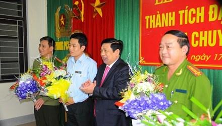 Pha o nhom san xuat, tieu thu chip dien tu gian lan xang dau hinh anh 1 Chủ tịch tỉnh Nghệ An Nguyễn Xuân Đường khen thưởng Công an tỉnh Nghệ An.