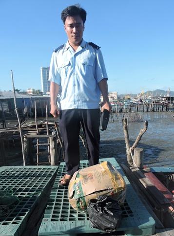 Bat vu van chuyen thuoc no cuc lon tai Vung Tau hinh anh 1 Thùng thuốc nổ cùng kíp nổ bị phát hiện.