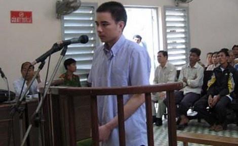 Vu tu tu Ho Duy Hai: 4 nghi van trong vu an giet nguoi hinh anh 1  Hồ Duy Hải tại phiên tòa sơ thẩm ngày 29/11/2008. Ảnh: Tuổi Trẻ