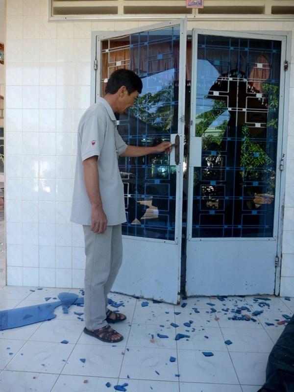 Nhieu ho dan bi truy sat trong dem hinh anh 2 Ông Nguyễn Chí Đức bên cánh cửa bị nhóm côn đồ xông vào nhà đập phá vào tối 19/12.