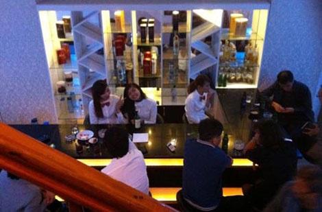 Nhân viên trong một bar dành cho các quý ông Hàn cùng khách.