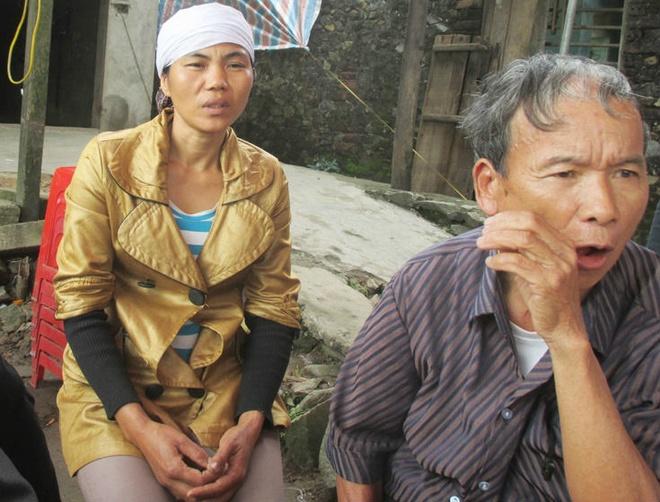 Vu con bac chet tai tru so: Cong an cum va tat nan nhan hinh anh 1 Gia đình bàng hoàng trước cái chết của anh Tình sau khi bị giam giữ tại trụ sở xã.