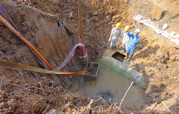 Bat hai bi can lien quan vu vo duong ong nuoc song Da hinh anh 1 Đường ống nước sạch sông Đà cấp nước cho Hà Nội bị vỡ tiếp lần thứ 10 vào ngày 15/1.