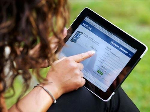 Gui hinh 'nong' cho nhau qua Facebook co pham toi? hinh anh