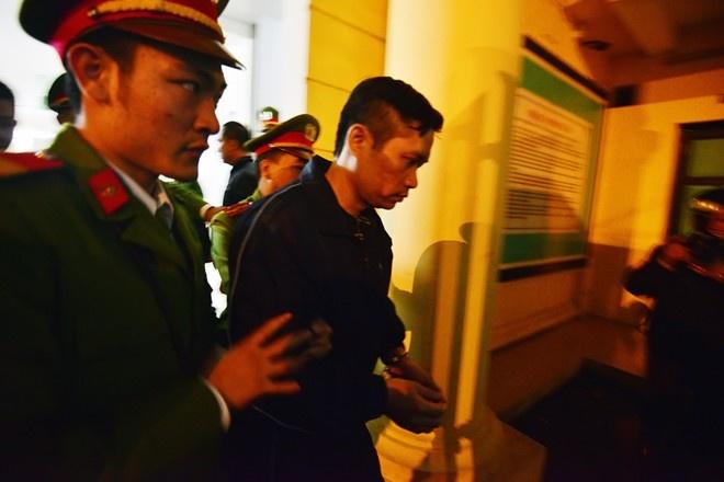 Ngay mai xet xu phuc tham Nguyen Manh Tuong hinh anh 1 Bị cáo Tường được cảnh sát áp giải ra xe thùng tối 5/12. Ảnh: Lê Hiếu.