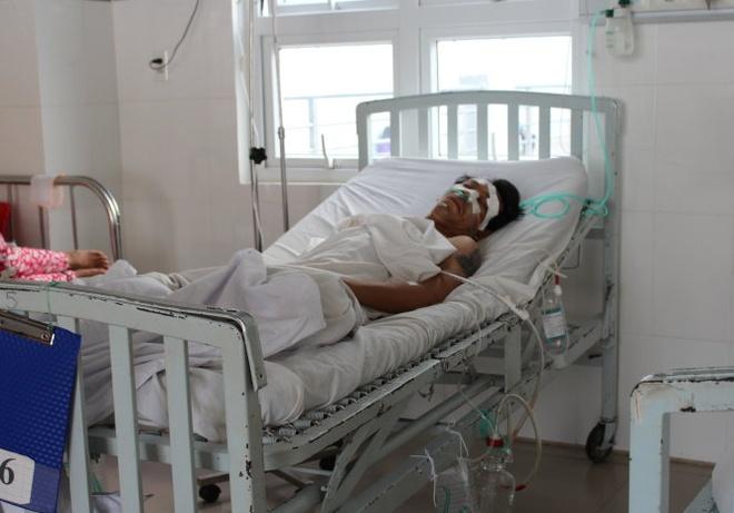 Xin deu khong duoc, dam hai nguoi trong thuong hinh anh 1 Nạn nhân Nguyễn Bá Duy đang được điều trị tại khoa cấp cứu ngoại Bệnh viện đa khoa tỉnh Ninh Thuận.