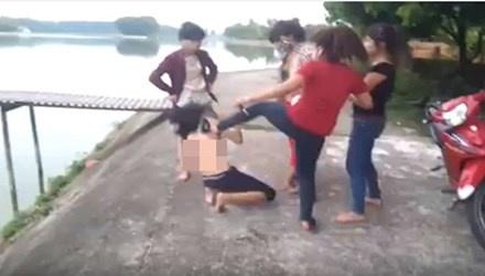 Cong an vao cuoc vu nu sinh bi lot do bat nhay xuong ho hinh anh 1 Hình ảnh nữ sinh bị lột đồ, bắt nhảy xuống hồ được cắt từ clip. Ảnh Internet.