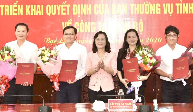 Bac Lieu trao quyet dinh cho 4 can bo anh 1