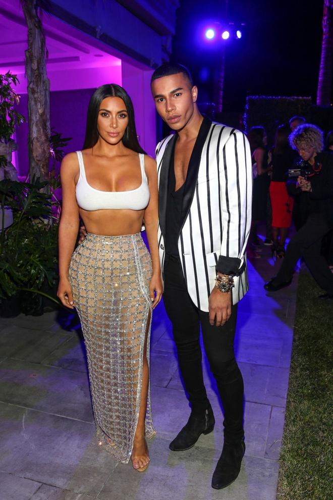 Kim Kardashian dien crop top goi cam tham du dem tiec Balmain hinh anh 2