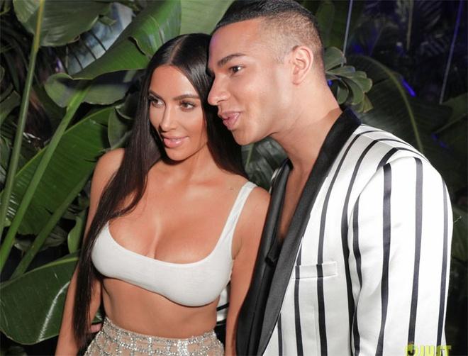 Kim Kardashian dien crop top goi cam tham du dem tiec Balmain hinh anh 3