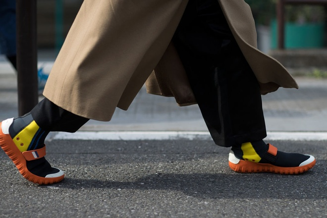Nhung mau sneaker an tuong tai Tokyo Fashion Week thu dong 2017 hinh anh 6