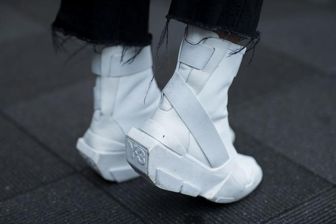 Nhung mau sneaker an tuong tai Tokyo Fashion Week thu dong 2017 hinh anh 3