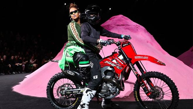 Rihanna cuoi moto ket thuc show thoi trang hinh anh