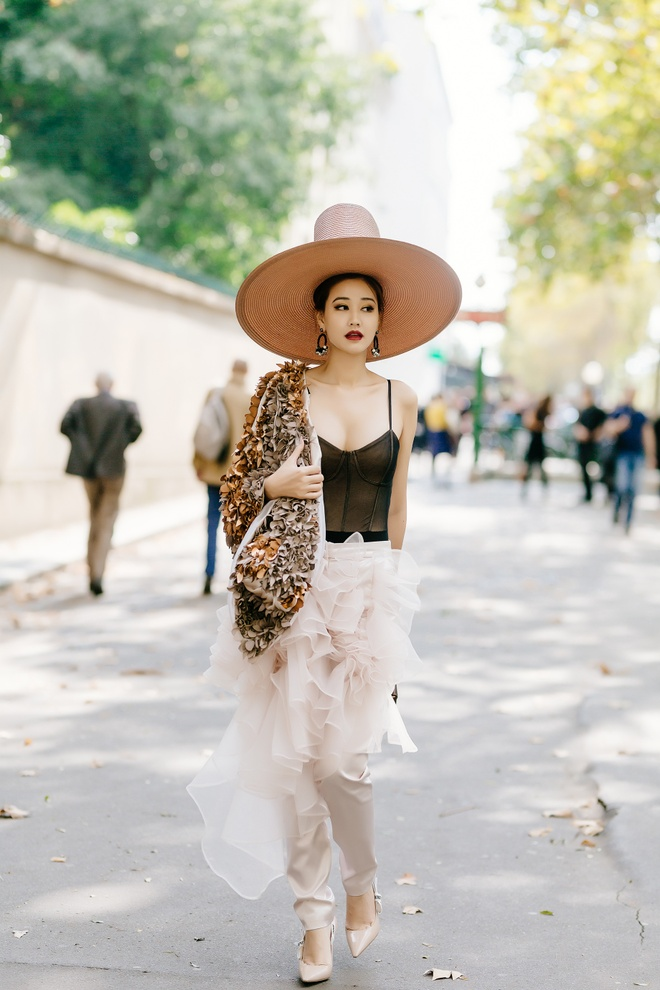 Angela Phuong Trinh, Maya mac loi trang phuc tuan qua hinh anh 2