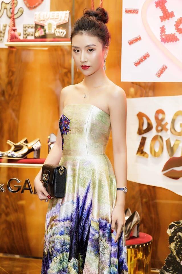 Angela Phuong Trinh, Chi Pu mac dep nhat tuan qua hinh anh 11