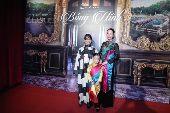 Linh Nga,  Minh Tu xuat hien chung tren san dien thoi trang anh 1